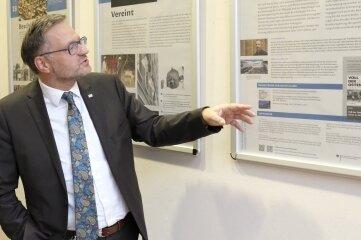 OB Raphael Kürzinger bei der Eröffnung der Ausstellung im Rathausfoyer.