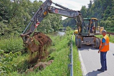 Der Zweite Beigeordnete des Landkreises Zwickau, Carsten Michaelis, hat sich Montagmittag selbst auf den Bagger geschwungen, um symbolisch den ersten Bodenaushub für den Stützmauerbau zu vollziehen.
