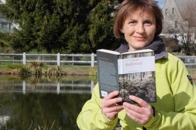 Verbrechen in der ländlichen Idylle des Erzgebirges sind das Metier der Brünloser Krimiautorin Anett Steiner. In ihrem neuen Buch greift sie auch das hochaktuelle Thema Corona auf.