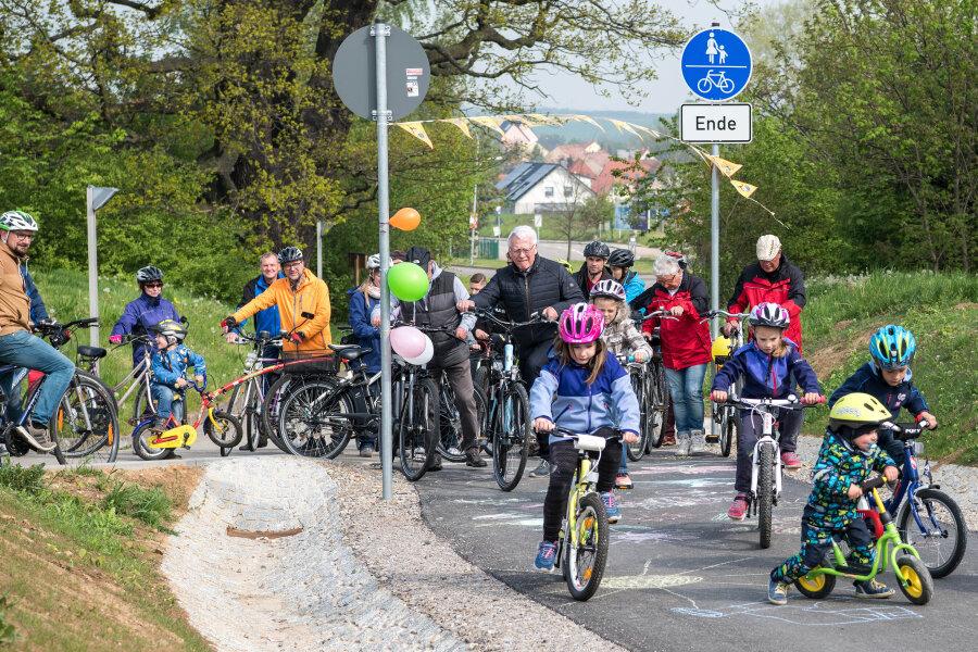 Radler weihen neuen Radweg zwischen Penig und Chursdorf ein