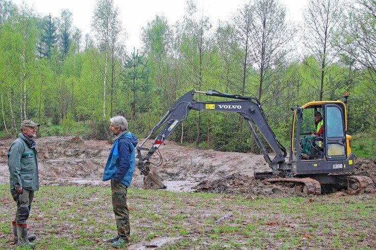 Revierförster Uwe Hempel (li.) und Ornithologe Jens Halbauer informierten sich über den Stand beim Anlegen der Waldtümpel.