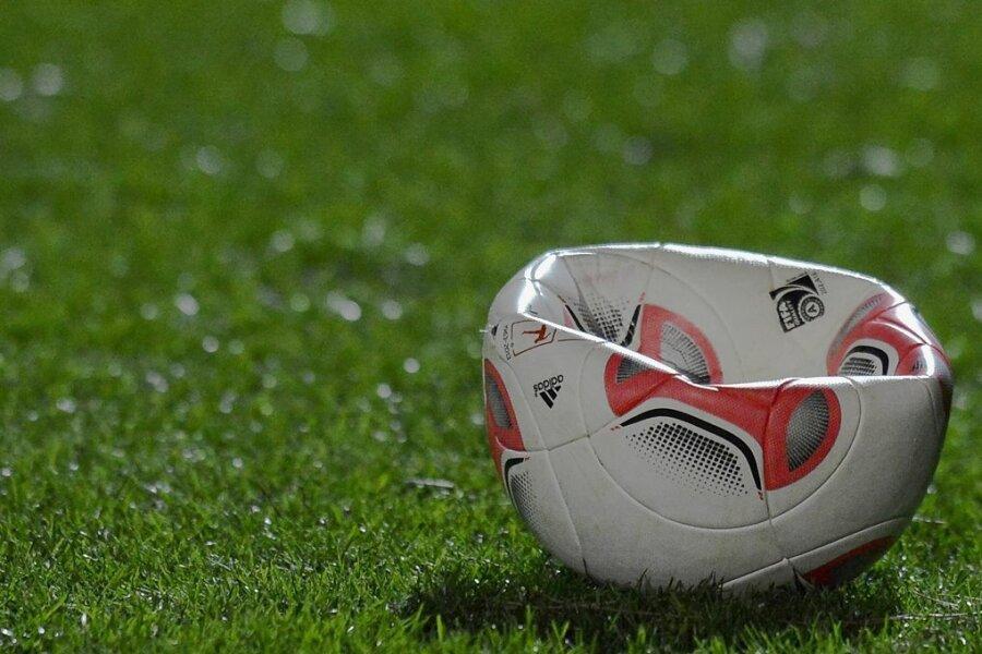 Die Luft ist raus. Der Fußball hat Zwangspause.