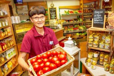 Ute Haubold, die Chefin des Memmendorfer Landmarkts, kennt die Wünsche ihrer Kunden. Seit mehr als 20 Jahren steht sie hinter der Verkaufstheke des Ladens, in dem regionale Produkte angeboten werden.