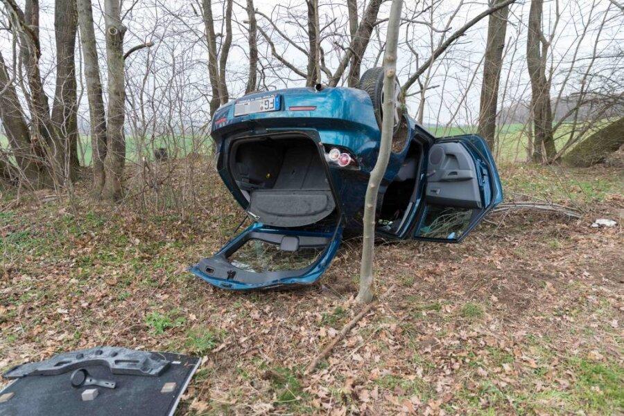 B 173: 21-Jährige überschlägt sich im Mazda und wird leicht verletzt