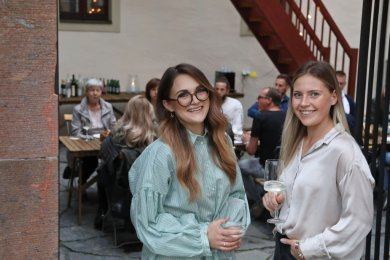 Anne Mann (links) und Julia Preuß aus Chemnitz wollen ab jetzt in Lichtenstein durchstarten. Die jungen Frauen haben ihr Veranstaltungsgeschäft im ehemaligen Ratskeller aufgeschlagen.