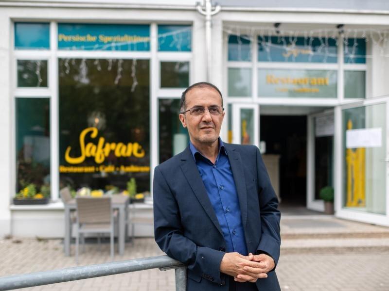 Masoud Hashemi, Wirt des Restaurants «Safran», steht vor seinem persischen Laden und wartet.