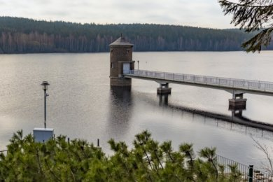 Ein Bild, wie es sich Wanderern und Spaziergängern lange nicht mehr geboten hat: Die Talsperre in Cranzahl hat mit rund 2,85 Millionen Kubikmeter Wasser ihr Stauziel erreicht. Damit ist auch die Versorgungssituation mit Trinkwasser für die Region vorerst wieder stabilisiert.