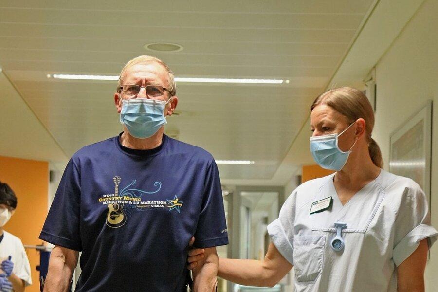 Zwei Tage nach der Operation läuft Karl-Jürgen Riedel, geführt von Physiotherapeutin Ina Dankhoff, schon wieder durch den Gang der Station.