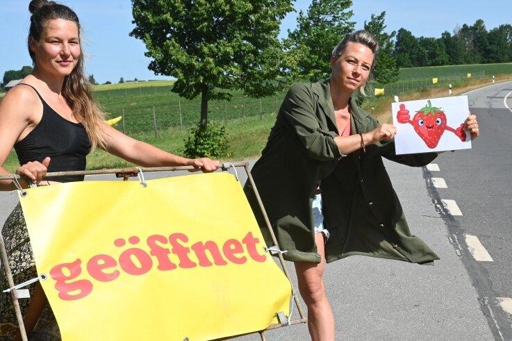 Bianca Scholz (rechts) vom Fruchthof Hammer sowie Mitarbeiterin Esmee Jiskooc sind sauer: Ihr Erdbeerfeld ist nur über Umwege erreichbar.