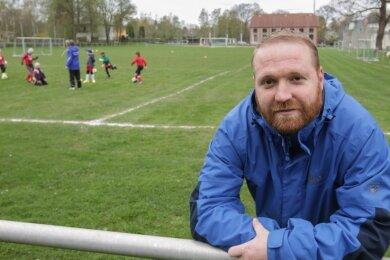Markus Kolbe vom Turnverein Vater Jahn auf dem Vater-Jahn-Sportplatz in Burgstädt. Nach den Plänen der Stadtverwaltung könnte dort ein Kunstrasenplatz gebaut werden. Es gibt aber weitere Vorschläge.