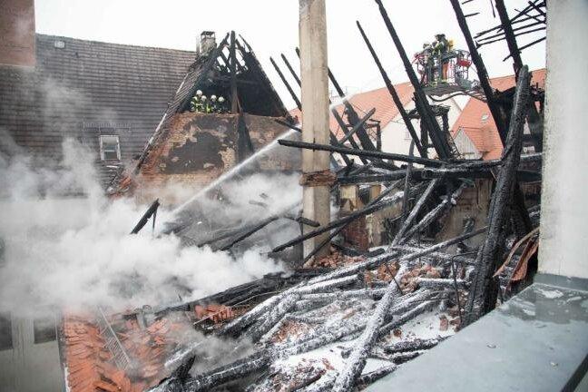 Das Haus mit ausgebranntem Dachstuhl an der Akademiestraße 5: Ein Totalschaden in sechsstelliger Höhe, wie es von Seiten der Stadtverwaltung hieß. Die Dachdecker haben bereits am Montag die benachbarten Dächer, die durch die Flammen in Mitleidenschaft gezogen wurden, notdürftig repariert.