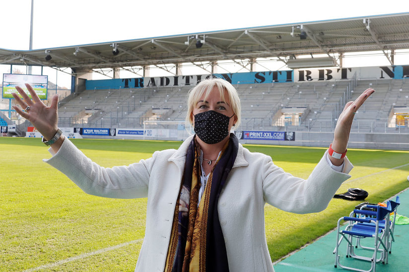 Ihre Augen strahlen Zuversicht aus: CFC-Vorstandschefin Romy Polster mit vorgeschriebener Maske vor dem Spiel der Regionalligamannschaft gegen Luckenwalde im leeren Stadion. Für sie stehen wichtige Wochen an, es geht unter anderem um die Beendigung der Insolvenz des Vereins.