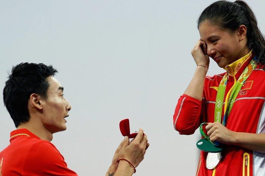 15. August 2016. Der chinesische Wasserspringer Qin Kai macht seiner Freundin He Zi nach der Siegerehrung einen Heiratsantrag.