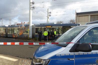 Ein 78-Jähriger Mann ist am Dienstag bei einem Unfall mit einer Straßenbahn in Zwickau schwer verletzt worden.