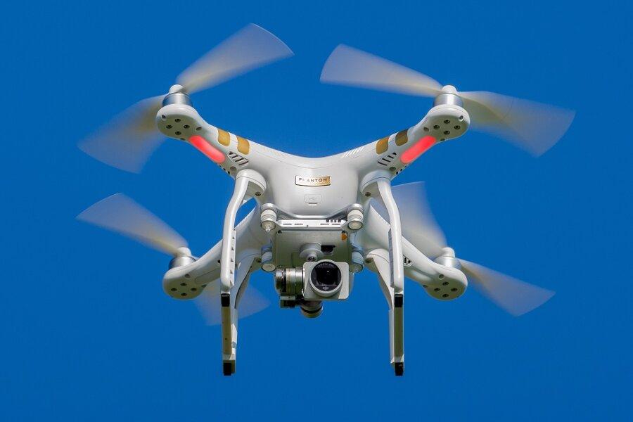 Drohne überprüft Wärmeleitungen