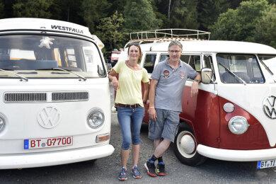 Am Wochenende reisten zum 1. Arena Bulli Summer Camp in der Vogtland-Arena 120 Besitzer des Kultfahrzeugs an. Gleich mit zwei Bullis - einem T1, Baujahr 1965 (rechts), und einem T2a, Baujahr 1969 - waren Simone und Marc Pointinger aus Bayreuth vor Ort. Nun soll es eine Neuauflage geben.