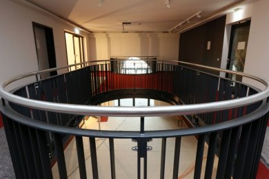 Blick in das neue Foyer im Obergeschoss. Ein neues Beleuchtungskonzept, geöffnete Fenster und mehr Offenheit im Inneren lassen das Haus leichter und durchlässiger wirken.
