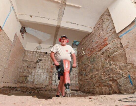 Roberto Hopf arbeitete im Sommer des vergangenen Jahres am Aufzugschacht. Ganz fertig ist der Lift immer noch nicht.