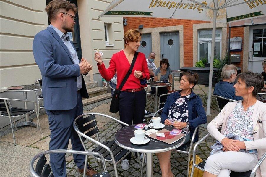 """Katja Kipping und Johannes Höfer beim Straßenwahlkampf im Reichenbacher Eiscafé """"La Vie"""". Die Linken-Wahlkämpfer waren an diesem Tag zuvor beim Sachsendruck in Plauen gewesen."""