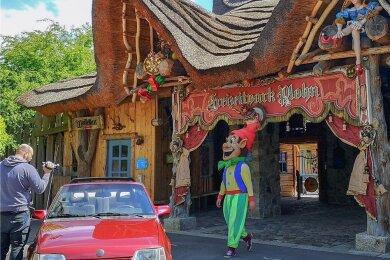 Bevor der Freizeitpark Plohn endlich seine Pforten öffnen darf, nutzte Park-Maskottchen Plohni alias Sebastian Fischer die Gelegenheit zu einer Werbefahrt mit einem roten Opel Kadett E Cabriolet.