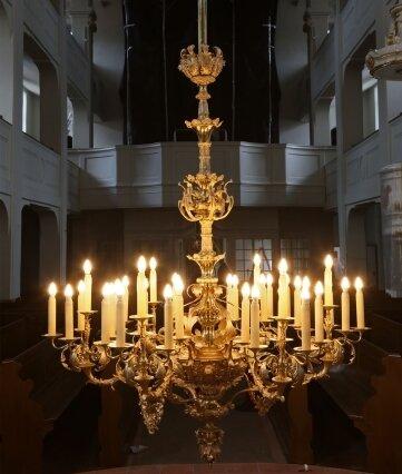 Auf einem Leuchter sind 36 Lichter befestigt.