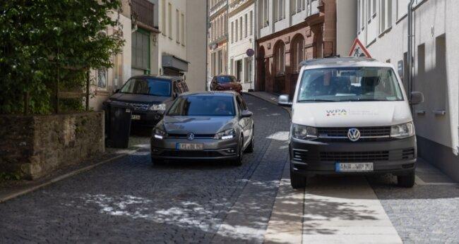Die Johannisgasse geht von der Buchholzer Straße ab. Auf der Straße befinden sich Kita, Fitnessstudio, Büros und Wohnhäuser. Zudem führt die Johannisgasse zum Alten Stadtbad und zum Parkdeck Karlsplatz.