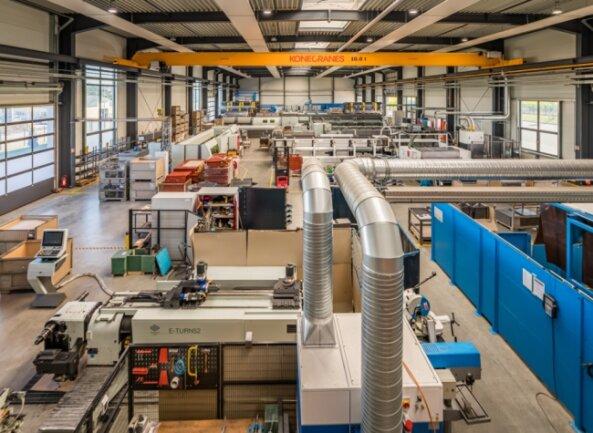 Ein Blick in die Werkhalle der Metallbaufirma Markstahl, die sich 2016 im Jahnsdorfer Gewerbegebiet angesiedelt hat. Bald soll das Unternehmen erweitert werden.