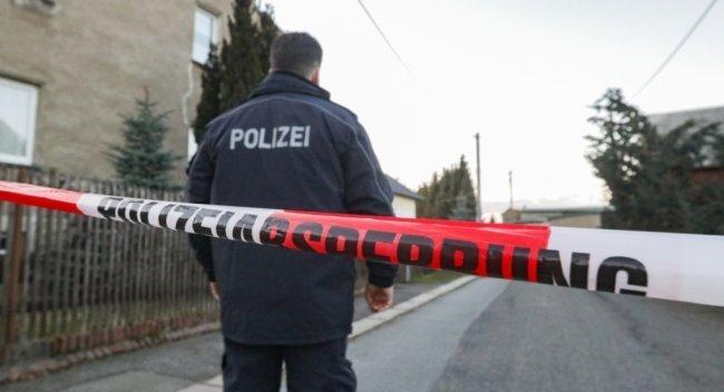 Mit Warnband haben die Ermittler den Tatort in Oberfrohna abgesperrt. Die Anwohner sind angesichts der Tat schockiert.