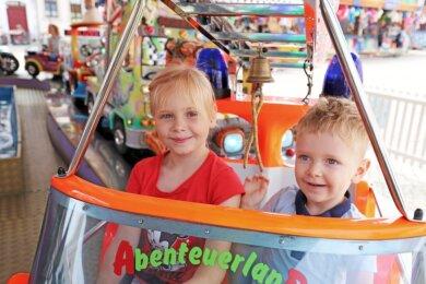 Endlich wieder Runden drehen: Die Geschwister Emma und Erik genießen es, auf dem Karussell Gas geben zu dürfen. Ihre Eltern sind mit ihnen extra dafür aus Annaberg nach Freiberg gekommen.