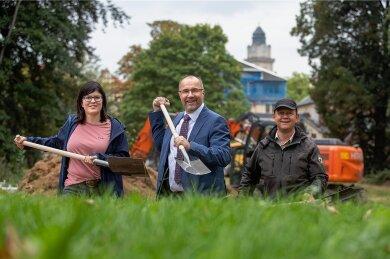 Landschaftsarchitektin Laura Fiedler, OB Steffen Zenner und Steffen Ullmann, Fachgebietsleiter Tiefbau (von links) hoben in der Elsteraue symbolisch den Spaten. Dort soll eine Parkanlage entstehen.
