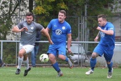 Der Kürbitzer Marcel Gork (links) im Laufduell mit den Plauener Stahlbau-Kickern Benedikt Keil und Patrick Beranek.