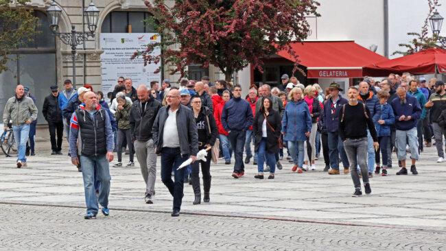 Am Montagabend haben sich auch in Zwickau wieder sogenannte Corona-Spaziergänger getroffen. Sie zogen ohne großen Abstand und ohne Masken durch die Stadt.