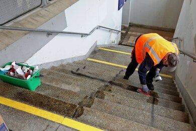 Mitarbeiter der Bahn haben das Hakenkreuz auf den Stufen der Unterführung am Montag gegen 10.30 Uhr mit Spezialmittel entfernt. Die Bahn reagiere in solchen Fällen schnell.