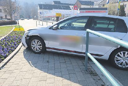 Auf der Schillerstraße in Aue ist am Mittwochnachmittag ein Fahrschulauto in ein Geländer gefahren.