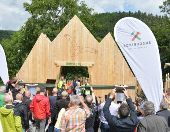 Das Portal der Blockline in Holzhau steht bereits seit einiger Zeit. Am Freitag hat dort unter anderem Sachsens Tourismusministerin Barbara Klepsch (hinten, zweite von links) die Mountainbike-Route eröffnet.