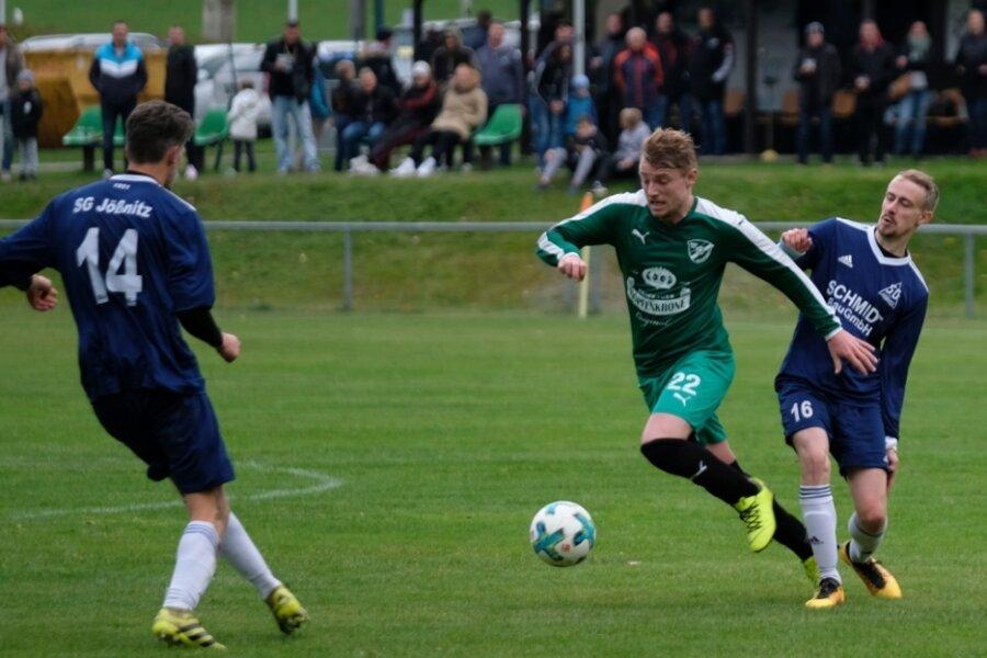 Eric Rosenat (Mitte) hatte mit dem BSV Irfersgrün nach der Pause mehr vom Spiel. Doch am Ende entführten Niklas Beuchold (rechts) und Daniel Schuster (links) mit der SG Jößnitz nicht unverdient die drei Punkte.