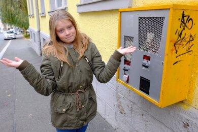 Ein Warenautomat in der Weinholdstraße: der Mechanismus klemmt, musste Johanna Schmidt-Seidel feststellen, als sie den Automat ausprobieren wollte. Für 50 Cent oder einen Euro kann man hier - theoretisch - kleine Ringe und Spielzeugbälle erwerben.