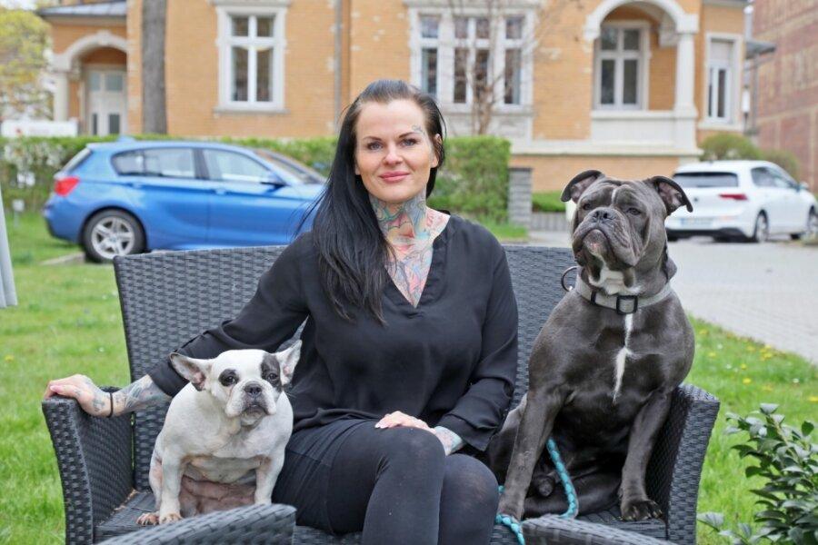 Von der Nageldesignerin und Tätowiererin zur angehenden Tierheilpraktikerin: Die Pandemie war für Daniela Beck der entscheidende Anstoß, dauerhaft in eine andere Branche zu wechseln. Die 39-Jährige ist selbst Halterin von zwei Hunden.