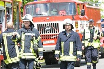 Einsatzkräfte beim Großbrand in Großschirma auf dem Weg zum DRK-Versorgungspunkt.