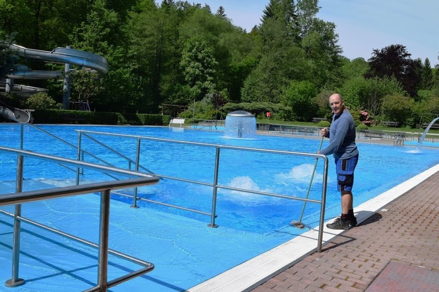 Schwimmmeister Jens Beckert hat alles für die Baderöffnung vorbereitet. Idyllisch gelegen, lädt das Schwimmbecken mit seinem glasklaren Wasser ab dem heutigen Samstag zum Baden ein.