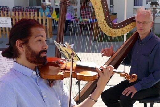 Coronabedingt haben die Musikerinnen und Musiker der Erzgebirgischen Philharmonie über viele Monate nur Konzerte in ganz kleinem Rahmen geben können - wie hier Dirk Bores (links) mit seiner Violine und Friedhelm Peters mit seiner Harfe in Drebach.