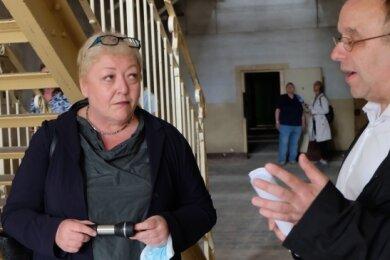 Stefan Appelius führt Evelyn Zupke durch den Gefängnistrakt.