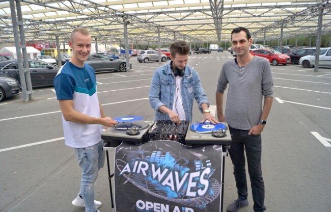 Felix Krämer, Patrice Fritzsche und Marcel Kummers (v. l.) planen eine große Party am Samstag auf dem Parkplatz des Selgros in Zwickau.