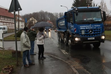 Ein gewohnter Anblick: Täglich rollen schwere Laster durch den Crimmitschauer Ortsteil Gablenz.