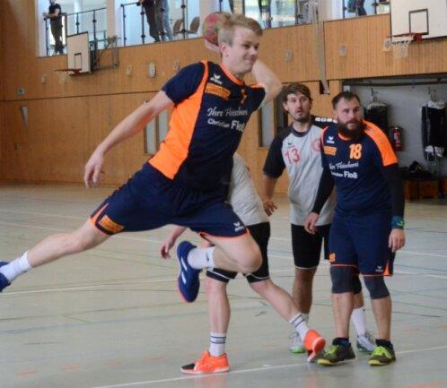 Justin Fuchs (vorn) war mit acht Treffern erfolgreichster Lengenfelder Torschütze gegen die Zwickauer, dahinter beobachten Tom Steudemann und Alexander Rudolph die Szene.
