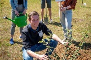 Tony Weißflog, Daniel Uhlig, Eric Söllner und Ronja Kreher (v. l.) haben den Baum gepflanzt.