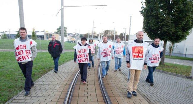 108 Angestellte der Plauener Straßenbahn - darunter Fahrer, Gleisbauer, Personal aus der Werkstatt, Verwaltung und Kollegen, die für Oberleitungen zuständig sind, haben am Dienstag die Arbeit niedergelegt.