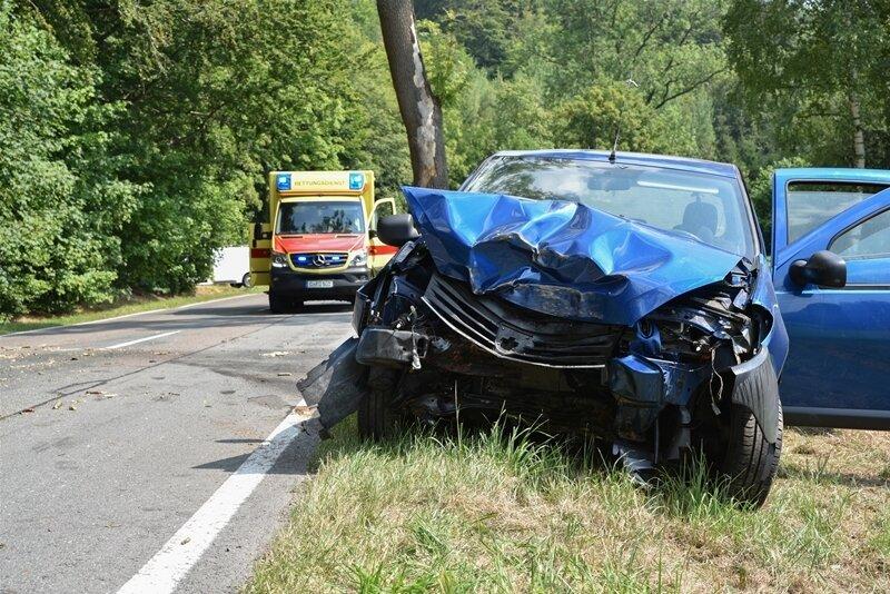 B 171: Dacia prallt gegen Baum