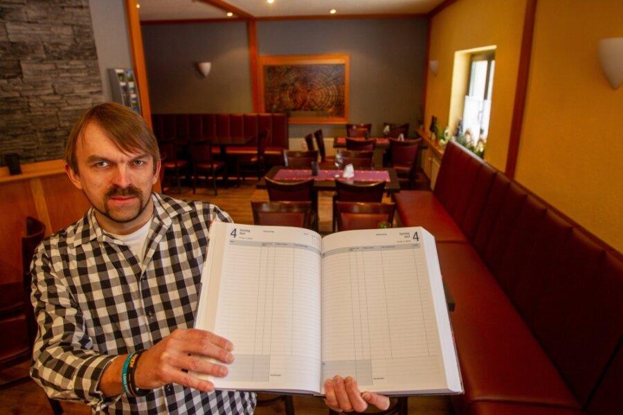 """Enrico Todt, Inhaber des Restaurants """"Zum Holzfäller"""" in Mehltheuer, zeigt sein leeres Terminbuch für Ostern. Eigentlich ist sein Haus an diesem Wochenende schon ein Jahr im voraus für Familienfeiern ausgebucht."""