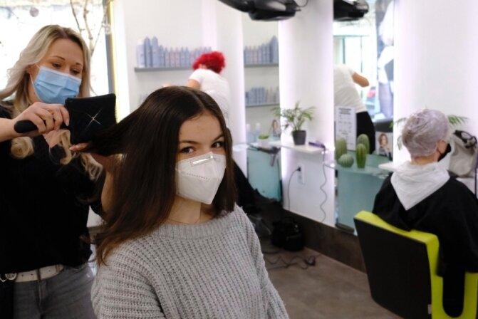 Neustart mit zwiespältigen Gefühlen. Viele Kunden von Daniela Wutzler (links) haben ihre Termine in der Lengenfelder Beauty-Lounge abgesagt. Gefreut über das erste Mal Friseur seit Dezember hat sich Leni Seidel aus Schreiersgrün. Ihren negativen Test hatte sie in einer Auerbacher Apotheke gemacht.